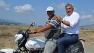 Milletvekili, motosiklet arkasında…